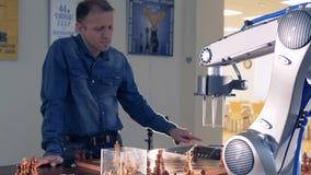 Competencia del ajedrez entre el jugador de ajedrez y una inteligencia artificial metrajes