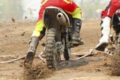 Competencia del comienzo del motocrós Foto de archivo