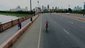 Competencia del mundo del Triathlon para los sportsmans fuertes y seguros de sí mismo Lanzamiento aéreo de ciclistas de los paíse almacen de metraje de vídeo