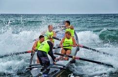 Competencia del rowing de la resaca del trueno del océano Imagen de archivo libre de regalías