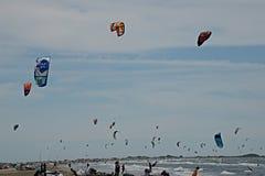 Competencia del windsurf en el Camargue Imagenes de archivo