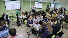 Competencia educativa en la sala de clase en la universidad con los equipos diffferent de estudiantes La audiencia que se sienta  almacen de metraje de vídeo