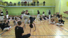 Competencia en capoeira entre niños y adolescentes almacen de metraje de vídeo
