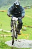 Competencia en declive extrema de la bici de montaña Foto de archivo libre de regalías