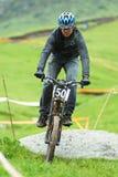 Competencia en declive extrema de la bici de montaña Fotos de archivo libres de regalías