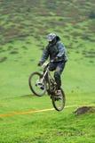 Competencia en declive extrema de la bici de montaña Fotos de archivo