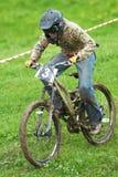 Competencia en declive extrema de la bici de montaña Fotografía de archivo libre de regalías