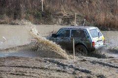 Competencia en un jeep-ensayo entre aficionados y profesionales en la conducci?n a lo largo de salud pobre en los coches 4x4 fotos de archivo