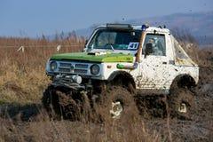 Competencia en un jeep-ensayo entre aficionados y profesionales en la conducci?n a lo largo de salud pobre en los coches 4x4 foto de archivo libre de regalías