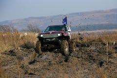 Competencia en un jeep-ensayo entre aficionados y profesionales en la conducci?n a lo largo de salud pobre en los coches 4x4 fotografía de archivo libre de regalías