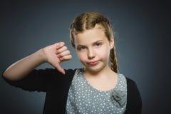 Competencia fallada la muchacha que muestra el pulgar abajo gesticula el fondo gris aislado Fotos de archivo libres de regalías