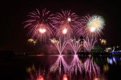 Competencia internacional 2013 de los fuegos artificiales de Putrajaya Imagen de archivo