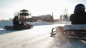 Competencia karting del invierno en la pista del hielo clip El movimiento de va raza del kart en invierno almacen de metraje de vídeo