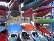 Competencia que espera almacenada canoas fotografía de archivo libre de regalías