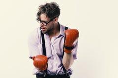 Competencia y concepto inteligente del deporte El hombre con la cerda y la cara cansada lleva guantes de boxeo imágenes de archivo libres de regalías