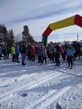 Competencias de deportes en esquí de fondo en la base de los deportes en invierno imágenes de archivo libres de regalías