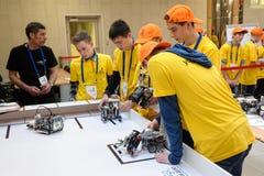 Competencias de robots entre estudiantes de la escuela Foto de archivo libre de regalías