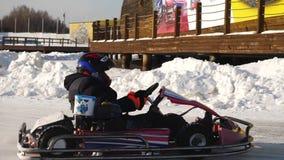 Competencias del invierno del kart que compiten con en el hielo del camino Va el kart en invierno almacen de metraje de vídeo