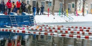 Competencias en el invierno que nada el 4 de noviembre de 2016 en la ciudad o Foto de archivo libre de regalías