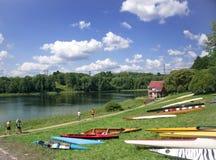Competencias que se divierten en los kajaks y la canoa Fotografía de archivo libre de regalías