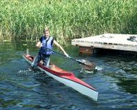 Competencias que se divierten en los kajaks y la canoa fotos de archivo