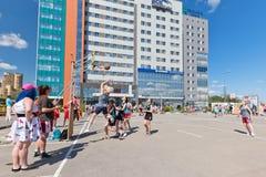 Competição aberta no streetball do campo de jogos do asfalto entre a menina Fotografia de Stock