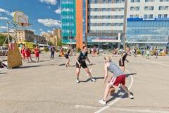 Competição aberta no streetball do campo de jogos do asfalto entre a menina Fotografia de Stock Royalty Free
