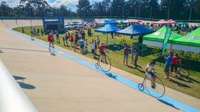 Competição alta da bicicleta da roda do vintage no Velodrome de Canterbury no acontecimento anual da mostra clássica da bicicleta fotografia de stock