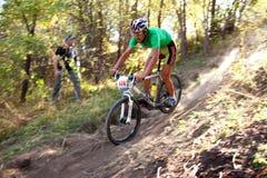Competição da bicicleta de montanha na floresta do outono Imagens de Stock