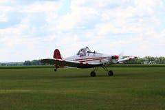 Competição de conservação plana do reboque que apressa-se na pista de decolagem Foto de Stock