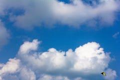 Competição de Kiteboarding, papagaios no céu Imagem de Stock