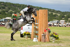 Competição de salto do cavalo de HIPICO Fotografia de Stock Royalty Free