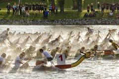 Competição do barco do dragão fotografia de stock royalty free