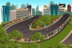 Competição do ciclismo com a cidade no fundo Foto de Stock