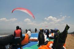 Competição do parapente no wonogiri, Indonésia Foto de Stock