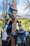 Competição nacional do russo escalando um polo de madeira em comemoração do fim do inverno na região de Kaluga o 13 de março de 2 Imagens de Stock Royalty Free
