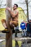 Competição nacional do russo escalando um polo de madeira em comemoração do fim do inverno na região de Kaluga o 13 de março de 2 Foto de Stock