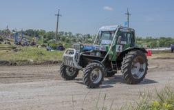 Competição para tratores agrícolas no prado verde biz foto de stock
