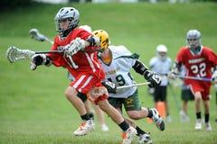 Competiam da lacrosse dos meninos Foto de Stock