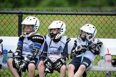 Competiam da lacrosse dos meninos da juventude Fotos de Stock