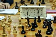 Competiam da xadrez para confirmar o razryadnostTurnir entre os alunos e os estudantes Fotos de Stock