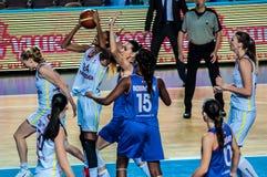 Competiam do basquetebol das meninas; Fotografia de Stock Royalty Free