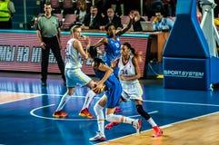 Competiam do basquetebol das meninas; Fotos de Stock Royalty Free