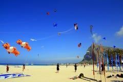 Competición de la cometa de la playa de las vacaciones de verano, Sicilia Fotos de archivo