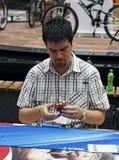 Competición del cubo del `s de Rubik Fotos de archivo libres de regalías