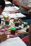 Competición del cubo del `s de Rubik Imagen de archivo libre de regalías