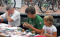 Competición del cubo del `s de Rubik Foto de archivo libre de regalías