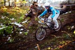 Competiciones de la bici de montaña en Víspera de Todos los Santos Foto de archivo