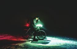Competidor de la parada de la raza del mtb de la noche del invierno para el control de posición foto de archivo