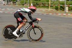 Competidor de Simone Petilli en la velocidad en los guijarros en el giro Imagen de archivo